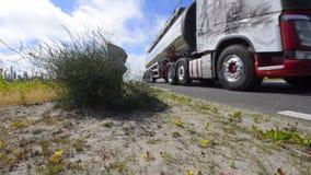 Φωτογραφική διαφάνεια προς έναν δρόμο, με τη διάβαση των φορτηγών απόθεμα βίντεο