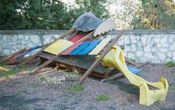 Φωτογραφική διαφάνεια που σπάζουν και που εγκαταλείπεται σε μια εγκαταλειμμένη παιδική χαρά Στοκ Φωτογραφία