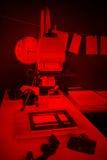 Φωτογραφική μεγεθυντική συσκευή στην εκτύπωση των παλαιών φωτογραφιών Στοκ φωτογραφία με δικαίωμα ελεύθερης χρήσης