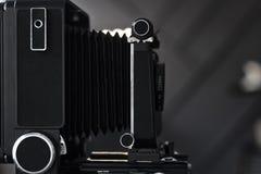 φωτογραφική μηχανή παλαιά εκλεκτής ποιότητας εξοπλισμός φωτογραφίας σε ένα ράφι Πολύ ρηχό βάθος του πεδίου Στοκ Εικόνα