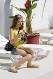 φωτογραφική μηχανή που ελέγχει το κορίτσι στοκ εικόνες
