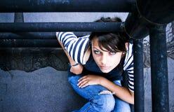 φωτογραφική μηχανή που φαίνεται γυναίκα στοκ φωτογραφίες με δικαίωμα ελεύθερης χρήσης