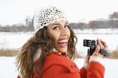 φωτογραφική μηχανή που χρησιμοποιεί την τηλεοπτική γυναίκα Στοκ φωτογραφία με δικαίωμα ελεύθερης χρήσης