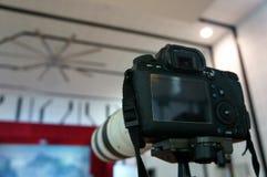 Φωτογραφική μηχανή στο τρίποδο Στοκ φωτογραφία με δικαίωμα ελεύθερης χρήσης