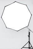 Φωτογραφικός φωτισμός σε ένα κενό στούντιο στοκ φωτογραφία
