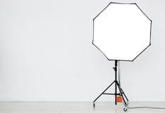 Φωτογραφικός φωτισμός σε ένα κενό στούντιο στοκ φωτογραφίες