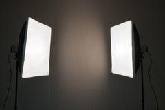 Φωτογραφικός φωτισμός - δύο φω'τα στούντιο με τα μαλακά κιβώτια στοκ εικόνες