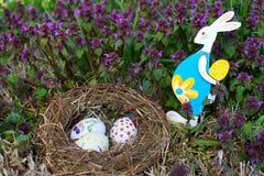 Φωλιά με τα αυγά Πάσχας και το λαγουδάκι Πάσχας Στοκ φωτογραφία με δικαίωμα ελεύθερης χρήσης
