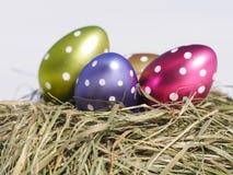 Φωλιά με τα αυγά Πάσχας στον ξύλινο πίνακα Στοκ φωτογραφίες με δικαίωμα ελεύθερης χρήσης
