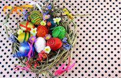 Διακοσμητικά αυγά στη φωλιά Στοκ εικόνα με δικαίωμα ελεύθερης χρήσης
