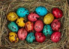 Φωλιά με τα χρωματισμένα αυγά Πάσχας στο σπίτι την ημέρα Πάσχας εορτασμός Στοκ Εικόνες