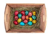 Φωλιά με τα χρωματισμένα αυγά Πάσχας στο σπίτι την ημέρα Πάσχας εορτασμός Στοκ Φωτογραφία