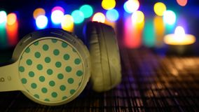 Φω'τα ακουστικών στο υπόβαθρο φιλμ μικρού μήκους