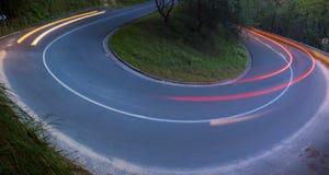 Φω'τα αυτοκινήτων που κινούνται σε μια καμπύλη Στοκ εικόνες με δικαίωμα ελεύθερης χρήσης