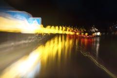 Φω'τα αυτοκινήτων στις οδούς τη νύχτα και μουτζουρωμένος Στοκ φωτογραφία με δικαίωμα ελεύθερης χρήσης