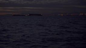 Φω'τα βραδιού στα σκάφη και σε έναν λιμένα φορτίου απόθεμα βίντεο