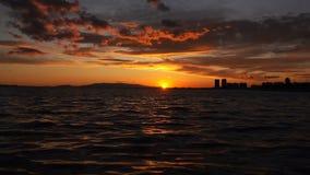 Φω'τα ηλιοβασιλέματος και το όμορφου υπόβαθρο θάλασσας και απόθεμα βίντεο