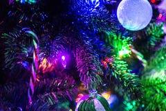 Φω'τα και βολβοί Χριστουγέννων στο δέντρο Στοκ Φωτογραφίες