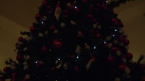 Φω'τα και διακοσμήσεις σπινθηρίσματος σε ένα χριστουγεννιάτικο δέντρο φιλμ μικρού μήκους