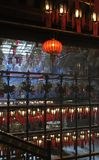 Φω'τα και θυμίαμα επιθυμιών μέσα στο μικρό ναό Hau κασσίτερου στο Χονγκ Κονγκ Στοκ εικόνα με δικαίωμα ελεύθερης χρήσης