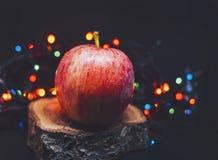 Φω'τα και μήλο Christams στο ξύλο Στοκ εικόνα με δικαίωμα ελεύθερης χρήσης