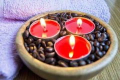 Φω'τα κεριών με τα φασόλια καφέ για τη SPA και την έννοια διακοσμήσεων Χριστουγέννων Στοκ εικόνα με δικαίωμα ελεύθερης χρήσης