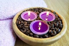 Φω'τα κεριών με τα φασόλια coffe για τη SPA και την έννοια διακοσμήσεων Χριστουγέννων Στοκ φωτογραφία με δικαίωμα ελεύθερης χρήσης