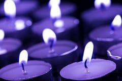 Φω'τα κεριών σε έναν μπλε τόνο στοκ εικόνα με δικαίωμα ελεύθερης χρήσης