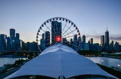 Φω'τα λούνα παρκ ροδών Ferris στην πόλη στοκ εικόνα με δικαίωμα ελεύθερης χρήσης