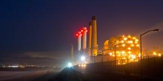 Φω'τα νύχτας εγκαταστάσεων παραγωγής ενέργειας Στοκ Φωτογραφίες