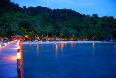 Φω'τα νύχτας κατά μήκος του λιμενοβραχίονα στο νησί Μαλαισία Tioman Στοκ εικόνες με δικαίωμα ελεύθερης χρήσης