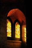 Φω'τα πέρα από το λεκιασμένο χρωματισμένο γοτθικό παράθυρο γυαλιού Στοκ Φωτογραφία