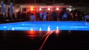 Φω'τα που γυρίζουν στη λέσχη νύχτας κοντά στη λίμνη όταν θόλωσε ο χορός ανθρώπων απόθεμα βίντεο