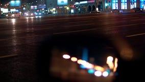 Φω'τα πόλεων νύχτας και υπόβαθρο κυκλοφορίας Αντανάκλαση στο δευτερεύοντα καθρέφτη του αυτοκινήτου απόθεμα βίντεο