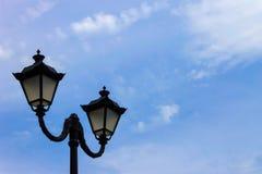 Φω'τα πόλεων σε ένα δημόσιο πάρκο ενάντια σε έναν μπλε ουρανό Στοκ εικόνα με δικαίωμα ελεύθερης χρήσης