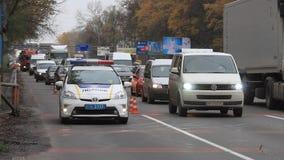 Φω'τα σημάτων ενός ειδικού περιπολικού αυτοκινήτου στο δρόμο κοντά στο οδόφραγμα μπροστά από την πόλη του Κίεβου, Ουκρανία φιλμ μικρού μήκους