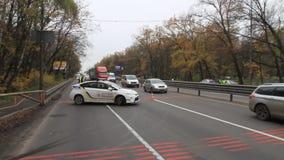 Φω'τα σημάτων ενός ειδικού περιπολικού αυτοκινήτου στο δρόμο κοντά στο οδόφραγμα μπροστά από την πόλη του Κίεβου, Ουκρανία απόθεμα βίντεο