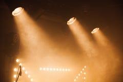 Φω'τα σημείων με τις κίτρινες ακτίνες στο σκοτάδι Στοκ Εικόνες