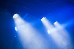 Φω'τα σημείων με τις μπλε ακτίνες στο καπνώές σκοτάδι Στοκ φωτογραφία με δικαίωμα ελεύθερης χρήσης