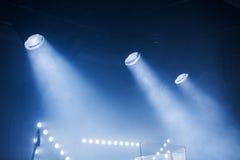 Φω'τα σημείων με τις μπλε ακτίνες στο σκοτάδι Στοκ εικόνα με δικαίωμα ελεύθερης χρήσης