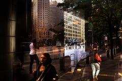 Φω'τα, σκιές και αντανακλάσεις στις οδούς NYC Στοκ Εικόνα