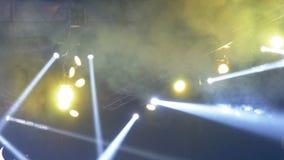 Φω'τα συναυλίας Αποτελέσματα φωτισμού σε μια σκηνή συναυλίας τη νύχτα απόθεμα βίντεο