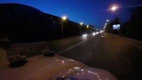 Φω'τα της κίνησης του αυτοκινήτου ασθενοφόρων που λάμπει στην πόλη λυκόφατος, ανάγκη υψηλής ταχύτητας απόθεμα βίντεο