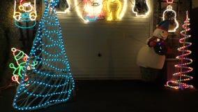 Φω'τα χιονανθρώπων και Χριστουγέννων έξω τη νύχτα απόθεμα βίντεο