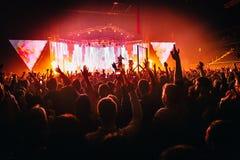 Φω'τα χορού κομφετί πλήθους συναυλίας Στοκ εικόνα με δικαίωμα ελεύθερης χρήσης