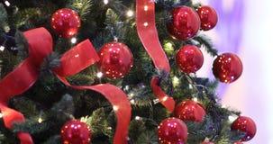 Φω'τα Χριστουγέννων, διακόσμηση, κορδέλλες φω'των και μπιχλιμπίδια χριστουγεννιάτικων δέντρων απόθεμα βίντεο
