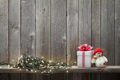 Φω'τα Χριστουγέννων, κιβώτιο δώρων και παιχνίδι χιονανθρώπων Στοκ Εικόνα