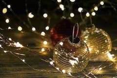 Φω'τα Χριστουγέννων με τις σφαίρες Χριστουγέννων, εκλεκτική εστίαση στοκ εικόνα