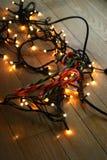 Φω'τα Χριστουγέννων στο ελαφρύ ξύλινο πάτωμα Στοκ Φωτογραφίες