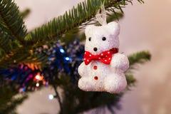 Φω'τα χριστουγεννιάτικων δέντρων και ornamets στοκ εικόνες